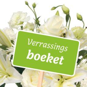 Verrassingsboeket seizoensbloemen wit